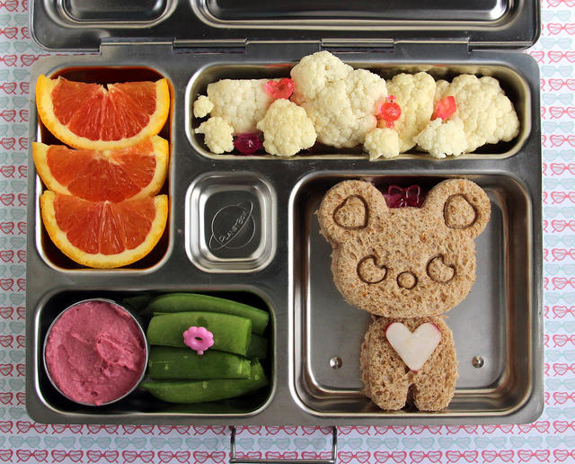 Cutie Bear Bento Lunch -- I love all the girly touches!