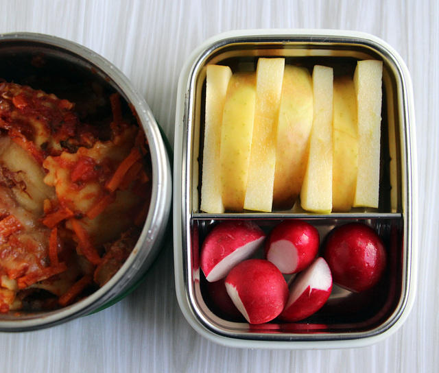 Ravioli thermos with apples and radishes
